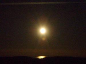 Fullmånen speiler seg i havet utenfor byen vår. Foto: Anita Breivold